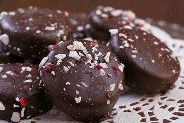 Crunch cookies dipped fresh in chocolate sprinkled with peppermint chunks